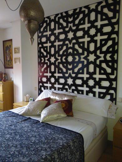 Cabecero de celosía, fabricado en madera y pintado en color negro, Celosía decorativa fijada en la pared