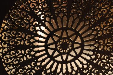 Celosía de madera, acabada con tinte nogal y barniz, celosía decorativa para la decoración de un ojo de buey, que realzará el espacio interior de la estancia.