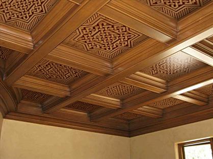 Techo artesonado con pieza tallada estilo andalusí arabesco